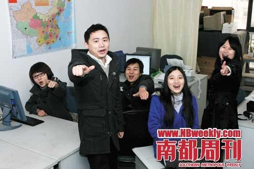 欧阳松(左二)和他的美容网工作团队。摄影_孙炯