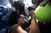 图文:澳网第二日女单首轮 伊万为球迷签名