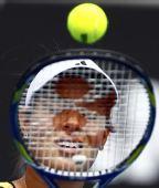 图文:澳网第二日女单首轮 伊万网球拍遮面