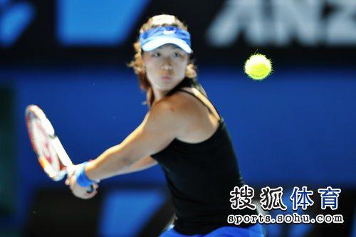 图文:澳网第二日女单首轮 韩馨蕴目视网球