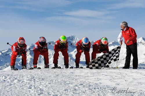 戴着赛车头盔滑雪