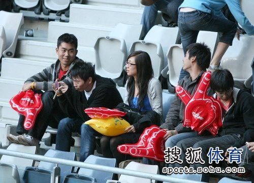 华人球迷装备齐全