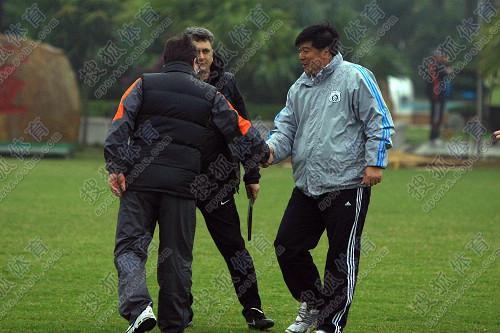 图文:[教学赛]鲁能2-1实德 徐弘和伊万握手