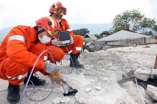 中国国际救援队继续在太子港市区搜救