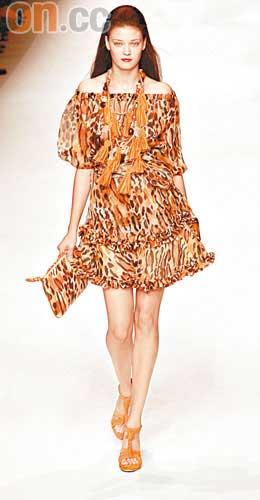 雪纺豹纹裙,跌膊加束腰的设计相当讨好。