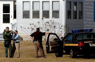 警方在事发地区聚集。