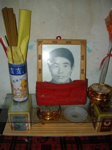 杨自发是古浪县前往酒泉金矿打工者中被死神光顾者中最年轻的一个,2008年1月29日离世时年仅36岁。