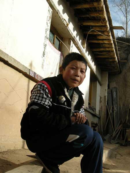 12岁的大儿子杨斌文发烧已经第三天了,站在没有生炉子的屋里孩子有些发抖