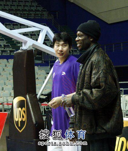 上海战青岛 奥科萨与前队友交流