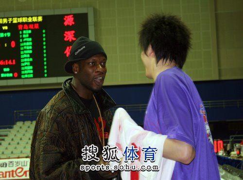 上海战青岛 奥科萨与前队友交谈