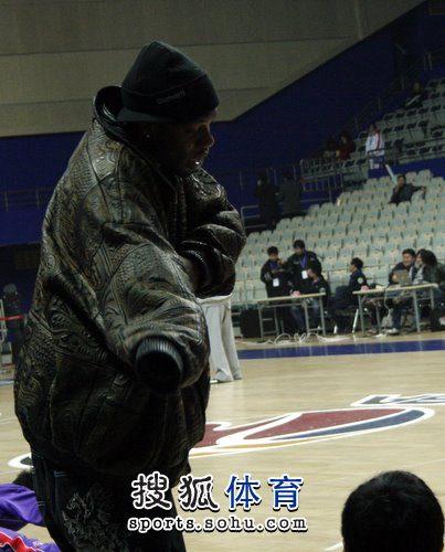 上海战青岛 奥科萨在场边