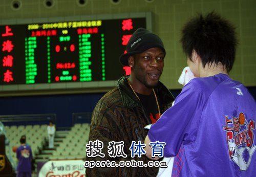 上海战青岛 奥科萨认真交流