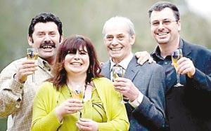 乔治(右二)和家人庆祝中得大奖