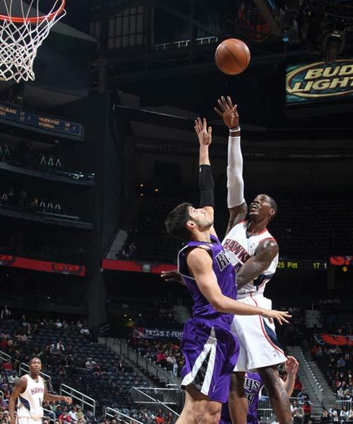图文:[NBA]国王VS老鹰 威廉姆斯超级抛投