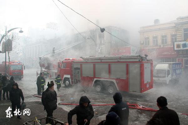 火灾现在有大量浓烟,消防官兵正在救援。东北网记者陈静摄