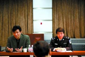 """地铁公司宣传部部长贾鹏(左)回答记者提问。昨日,地铁公司就""""地铁禁报令""""召开新闻通报会,对禁报令补充三项措施。本报记者 韩萌 摄"""