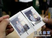 图文:伊万接受中国媒体采访 在照片上签名