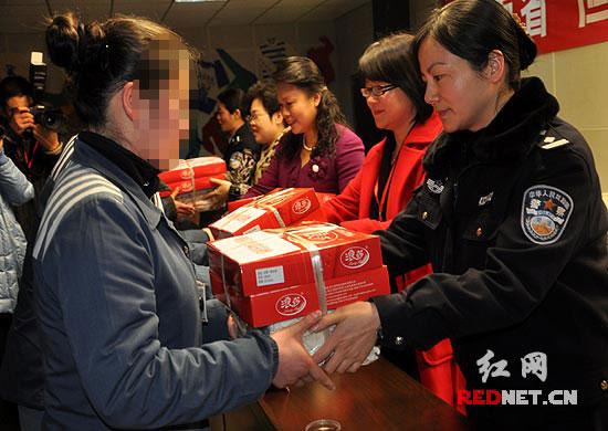 湖南省妇联还为女子监狱服刑人员送去了冬需物资。