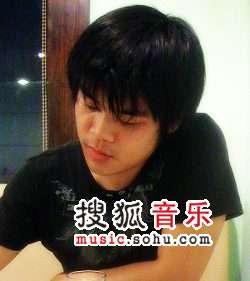 李阳:建筑系出身的广告人,写手,上海摇滚乐队五便士主唱。对于人文、地理、艺术和哲学等均有涉猎