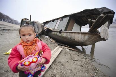 居住的渔船被撞毁,小女孩无家可归(记者严斯林摄)