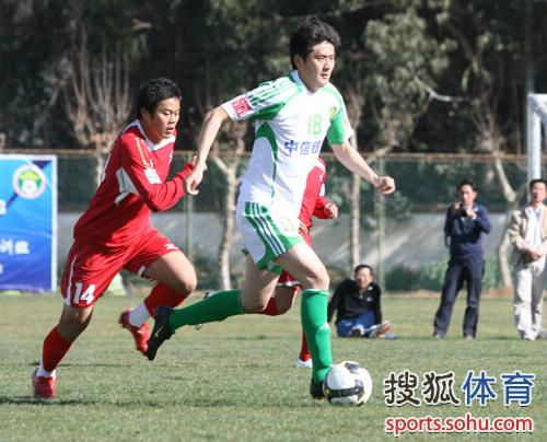 图文:[热身]国安1-0南昌 路姜带球