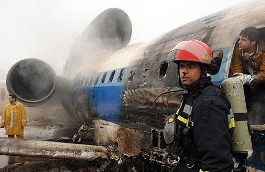 消防员在检查起火飞机的机身