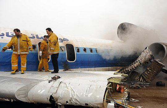 消防员在检查起火飞机的机身。
