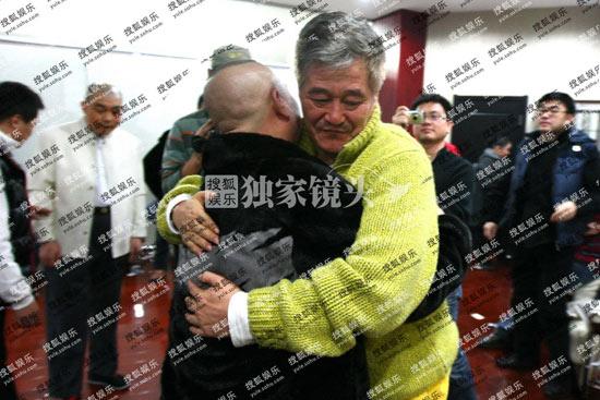 郭德纲后台看望赵本山,两人热情拥抱