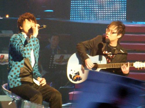 杨硕吉他伴奏手中吉他来头不小