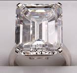 中央镶嵌单颗椭圆形切割钻石的铂金戒指,重6.1克拉,D/IF级。售价:RMB 9,150,000