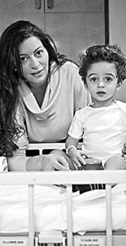 33岁的伽玛尔和她的儿子