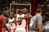 图文:[NBA]骑士VS热火 詹姆斯韦德拥抱