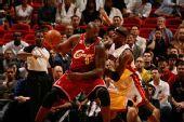 图文:[NBA]骑士VS热火 鲨鱼背打小奥