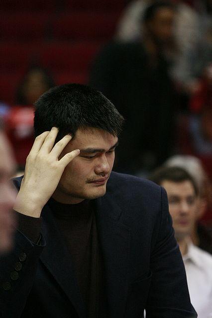 图文:[NBA]火箭战老鹰 姚明低头沉思