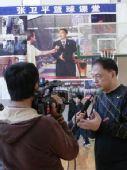 图文:张卫平冬训营开幕 张卫平指导接受采访