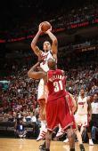 图文:[NBA]骑士VS热火 比斯利跳投出手