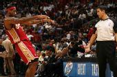 图文:[NBA]骑士VS热火 詹姆斯搞怪