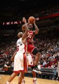 图文:[NBA]骑士VS热火 詹姆斯空中躲闪