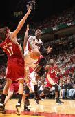 图文:[NBA]骑士VS热火 韦德突破分球