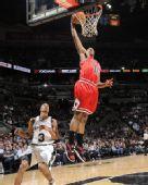 图文:[NBA]公牛胜马刺 詹姆斯-约翰逊得分