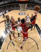 图文:[NBA]公牛胜马刺 辛里奇上篮