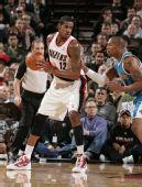图文:[NBA]黄蜂绝杀胜开拓者 两铁血前锋对决