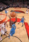 图文:[NBA]黄蜂绝杀胜开拓者 奥卡福抢篮板