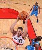 图文:[NBA]黄蜂绝杀胜开拓者 悍将暴扣欲吻篮筐