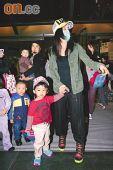 组图:张柏芝与儿子戴母子帽 看马戏秀巨钻