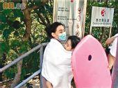 组图:张柏芝抱儿沙滩玩水 懒理陈冠希公开道歉