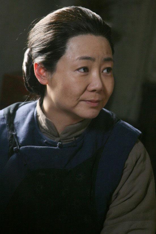 图:《小姨多鹤》剧中人物 - 萨日娜饰关小脚