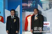 图文:冬奥会中国队领奖服颁布 两人