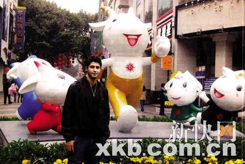 卡卡的表哥与亚运吉祥物合影。