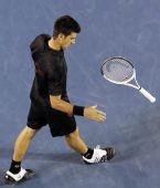 图文:澳网男单1/4决赛 小德边走边耍弄球拍
